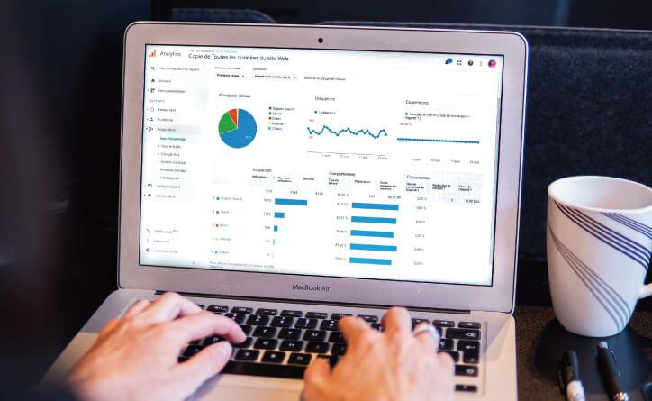 Webサイトアクセス分析・解析する人の写真
