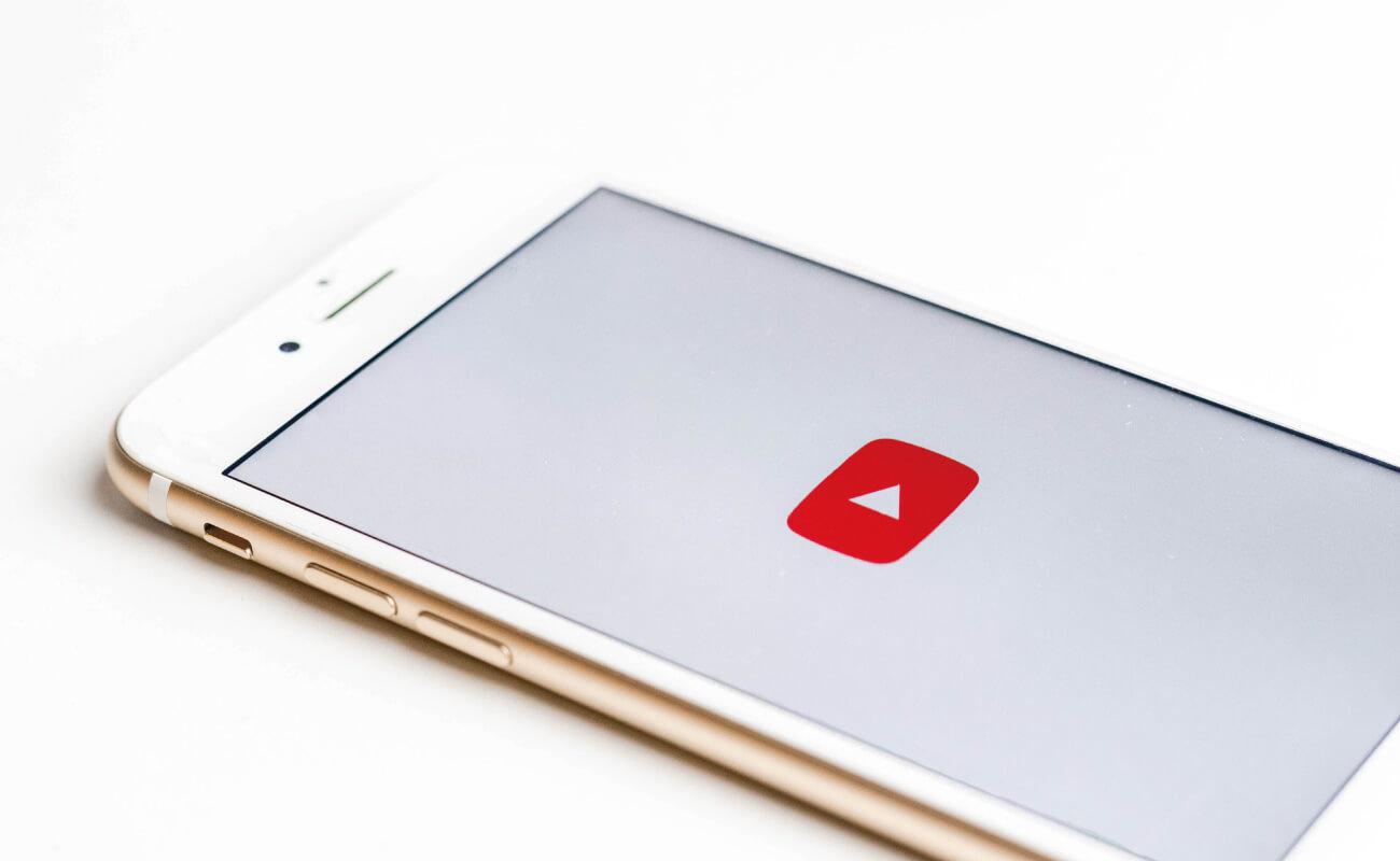 YouTubeのロゴが映ったスマホ画面の写真