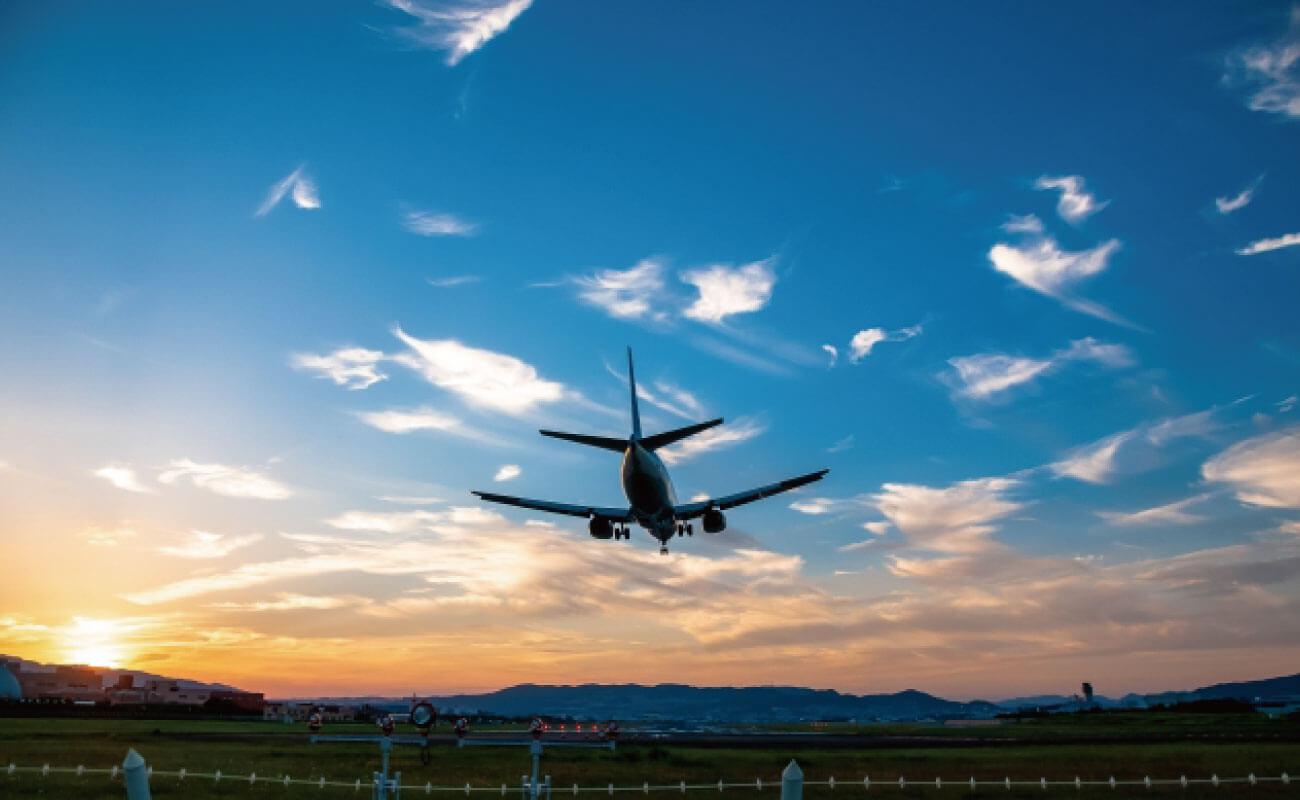 飛行機がランディングする写真