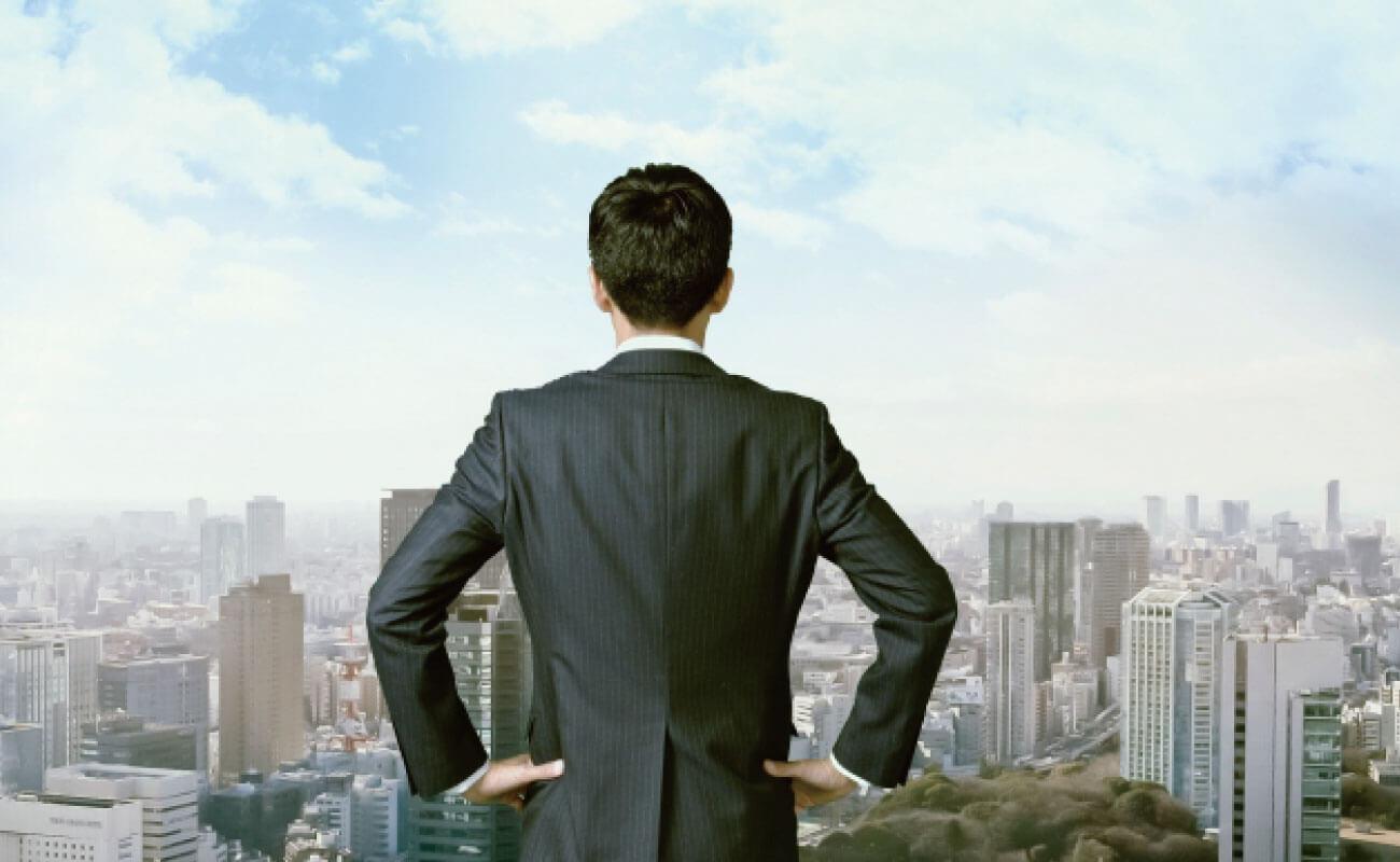 東京の町並みに向かって胸を張る男性