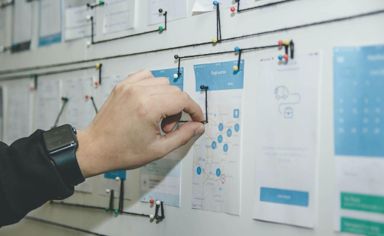 ウェブサイトの導線を設計している写真