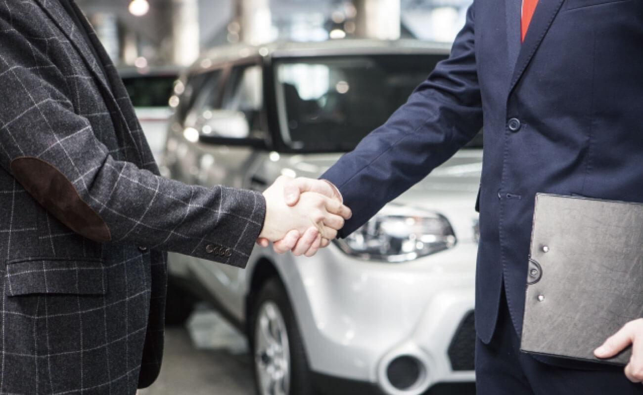 顧客と握手する人の写真