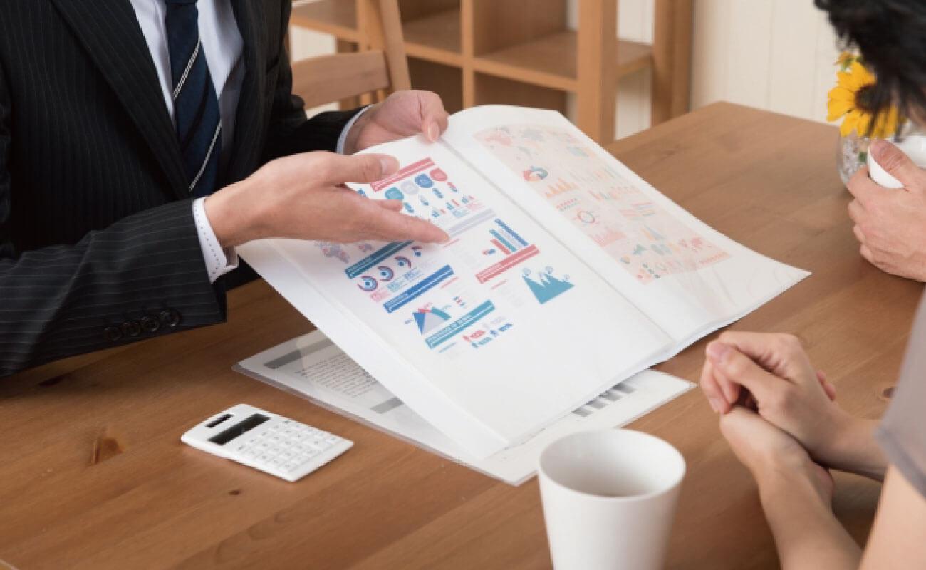 営業資料を説明する人の写真